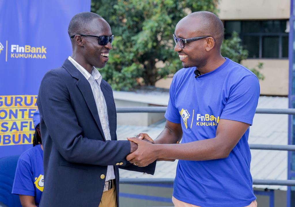 Excellent NIMUBONA , Directeur Marketing, Vente et Détails félicite un Agent